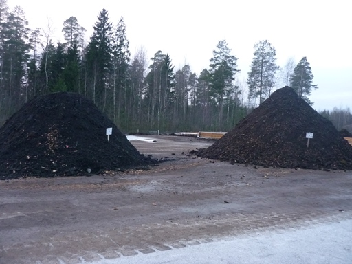 Winter composting test heaps on a construction day